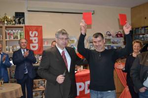 Mit Muhammed Raschid konnte Vorsitzender Dannhäuser einem Neumitglied aus dem Dezember 2017 das Parteibuch überreichen